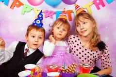 Kinder auf Geburtstagsfeier Stockfotos