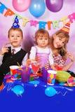 Kinder auf Geburtstagsfeier Stockfoto