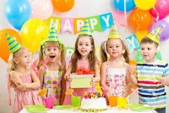 Kinder auf Geburtstagsfeier lizenzfreie stockbilder