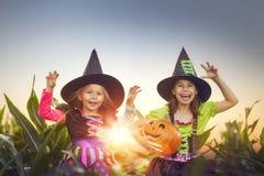 Kinder auf Halloween lizenzfreie stockfotografie