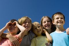 Kinder auf Himmel Stockfoto