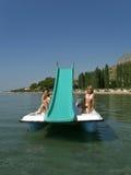 Kinder auf Pedalboot in Meer 2 Lizenzfreies Stockfoto