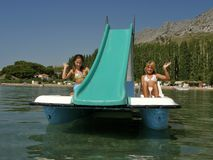 Kinder auf Pedalboot in Meer Stockfoto