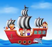Kinder auf Piratenschiffs- und -ozeanszene Lizenzfreie Stockfotos