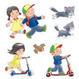 Kinder auf Rollern und Katze. Stockfotos
