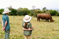Kinder auf Safari stockfoto
