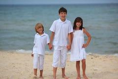 Kinder auf sandigem Strand Stockfoto