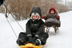 Kinder auf Schlitten Lizenzfreies Stockfoto