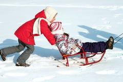 Kinder auf Schlitten Stockfoto