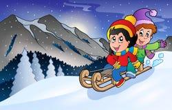 Kinder auf Schlitten im Winter Stockfotos
