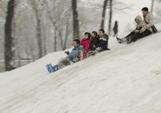 Kinder auf Schnee stockbilder