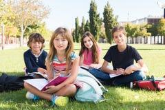 Kinder auf Schulcampus stockfotos