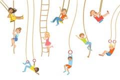 Kinder auf Schwingen und anderer Seil-Sport-Ausrüstung Lizenzfreie Stockbilder