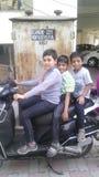 Kinder auf scooty Lizenzfreie Stockfotografie