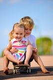 Kinder auf Skateboard stockfoto
