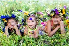 Kinder auf Sommernatur Lizenzfreies Stockfoto