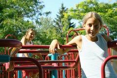 Kinder auf Spielplatz Stockfotos