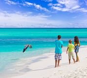 Kinder auf Strand   Stockbild