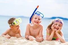 Kinder auf Strand Stockfotos