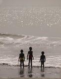 Kinder auf Strand im Gambia Stockbild