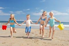 Kinder auf Strandferien Stockfotos
