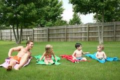 Kinder auf Tüchern mit Vati innen stockfotos