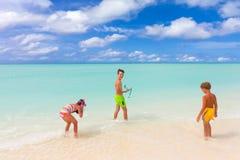 Kinder auf tropischem Strand Lizenzfreies Stockbild