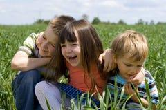 Kinder auf Wiese Lizenzfreie Stockfotos
