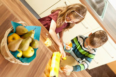 Kinder backen stockfotos