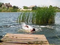 Kinder baden im Fluss Lizenzfreie Stockfotografie