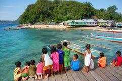 Kinder am Bauholzpierblick zum Meer stockfoto