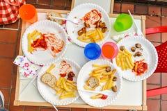 Kinder beendeten Mahlzeit mit Pommes-Frites stockbilder