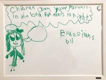Kinder befolgen Ihre Eltern, die durch ein Kind zeichnen stockfotografie