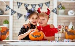 Kinder bei Halloween Stockbild