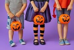 Kinder bei Halloween Stockfotos