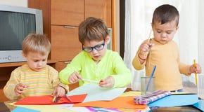 Kinder bei Tisch mit Zeichenstiften Lizenzfreies Stockfoto