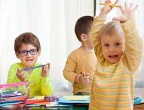 Kinder bei Tisch mit Zeichenstiften Lizenzfreies Stockbild