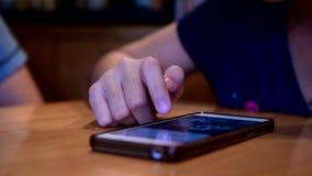 Kinder benutzen ein intelligentes Telefon stock footage