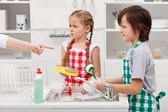 Kinder bestellt, die Teller zu tun stockfotos