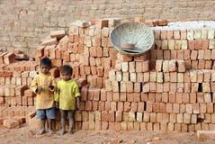 Kinder am Brickfield in Indien Stockfotos