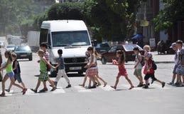 Kinder an crosswalk_2 Lizenzfreies Stockfoto