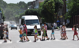 Kinder an crosswalk_3 Lizenzfreies Stockfoto