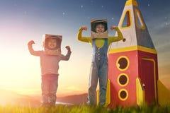 Kinder in den Astronautenkostümen lizenzfreie stockfotos