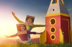 Kinder in den Astronautenkostümen lizenzfreies stockbild