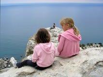 Kinder in den Bergen und in ihrer Mutter Stockfotos
