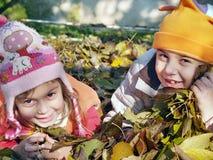 Kinder in den Blättern stockfoto