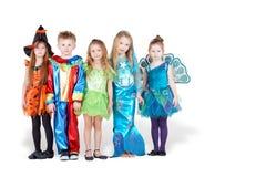 Kinder in den Karnevalskostümen stehen in der Zeile Lizenzfreie Stockfotos