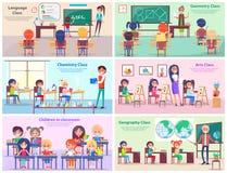 Kinder in den Klassenzimmer-Studien-Themen mit Lehrer Lizenzfreies Stockbild