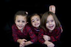 Kinder in den Pyjamas (bereiten Sie für Bett) vor Stockfoto