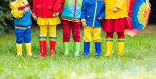 Kinder in den Regenstiefeln Gummimatten für Kinder Lizenzfreie Stockbilder